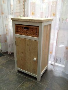 Kastje van sloophout balkjes en gebruikt steigerhout.