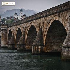 Mimar Sinan'ın Bosna Hersek'teki imzası: Drina Köprüsü  Osmanlı tarihinin en önemli sadrazamlarından biri olarak kabul edilen Sokollu Mehmed Paşa adına Bosna Hersek'in doğusundaki Visegrad şehrinde Mimar Sinan tarafından inşa edilen Drina Köprüsü, ülkedeki en önemli Osmanlı eserleri arasında yer alıyor. #YörGroup #Yöryapi #MimarSinan #Osmanli #OsmanliDevleti #BosnaHersek #yapi #Tarih #Drina #Drinaköprüsü