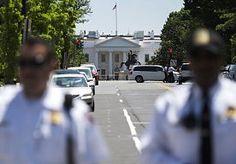 10-Jun-2015 7:03 - BEVEILIGERS WITTE HUIS ONVOLDOENDE ONDERZOCHT. Tientallen agenten die in het Amerikaanse Witte Huis een veiligheidstaak hebben, zijn onvoldoende onderzocht door de autoriteiten. Het zijn pas gerekruteerde agenten van de Secret Service die nog geen belangrijke veiligheidstest hebben ondergaan, maar in het Witte Huis wel vergaderingen hebben bijgewoond waar staatsgeheimen werden besproken. Dat hebben twee regeringsbronnen gezegd tegen de krant The Washington Post.