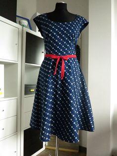 šaty+modrotiskové,+kolová+sukně,+kytička+a+tečka+ušila+jsem+šaty+ze+Strážnického+modrotisku+tyto+mají+top+se+spadenými+rukávky,+sukni+kolovou,+podšitou+bavlněným+voálem+foceno+bez+spodnice+majitelku+již+mají+další+na+míru Summer Dresses, Beautiful, Vintage, Style, Fashion, Fimo, Swag, Moda, Summer Sundresses