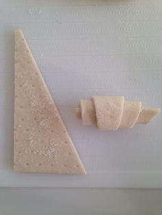 材料③簡単♡冷凍パイシートでミニクロ           ◉材料(16個分) 冷凍パイシート...2枚    グラニュー糖...適量    卵...少し    ◉作り方 ①  室温で10分ほど解凍したパイシートを16枚三角にカットする      ②  グラニュー糖をまぶし、クルクル巻いていく。卵を溶いてハケで塗る      ③  巻き終わりを下にしてシートを敷いた天板に並べ、200度に予熱したオーブンで15分ほど焼く