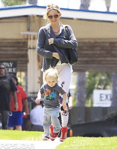 Kate Hudson and Matthew Bellamy take Bing to the beach | Pictures