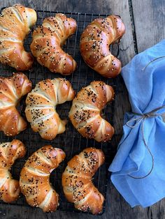 Snacks Pizza, Snacks Für Party, Pizza Recipes, Burger Recipes, Sheep Cheese, Bread Bun, Everything Bagel, Croissants, Pampered Chef