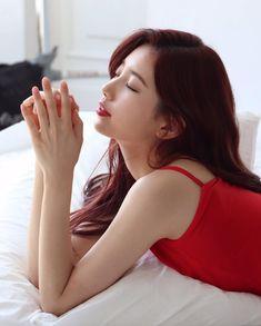 Check out the stunning BTS photos of beautiful Suzy Bae! Korean Actresses, Korean Actors, Actors & Actresses, Instyle Magazine, Cosmopolitan Magazine, Bae Suzy, Girls Gallery, Korean Celebrities, Aesthetic Photo