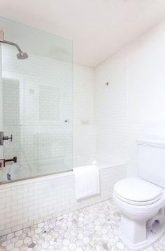 Small Full Bathroom Inspiration - Home Professional Decoration Bath Shower Screens, Bathtub Shower Combo, Shower Over Bath, Shower Doors, Bad Inspiration, Bathroom Inspiration, Interior Inspiration, Small Full Bathroom, White Bathroom