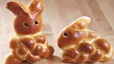 Osterhasen aus Hefeteig backen Easter Bunny with yeast dough Bread Shaping, Bread Art, Dessert Dips, Homemade Pancakes, Food Garnishes, Easter Cookies, Easter Dinner, Easter Recipes, Cute Food