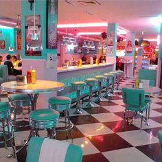 The interior design of this diner communicates that the diner is either from the or that it is a themed restaurant. The cultural communication through these grotesque bright colours. 1950 Diner, Vintage Diner, Diy Vintage, Retro Diner, Retro Cafe, 50s Diner Kitchen, American Diner Kitchen, Cafe 50s, 50s Style Kitchens