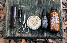 Our+beard+box+comes+neatly+packaged+for+the+men+in+your+life+with+all+the+following+beard+care+items: >+1oz+beard+oil+-+a+beard+conditioner+beloved+by+those+with+impressive+beards,+this+product+both+prevents+split+ends+and+reduces+dandruff+when+massaged+into+the+hair+and+skin. >+4oz+beard+was...