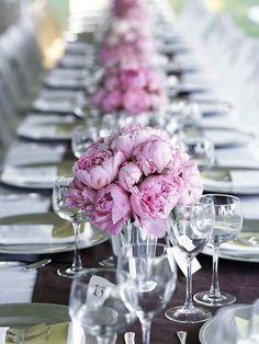 décoration du mariage rose et gris, fleur au centre de la table