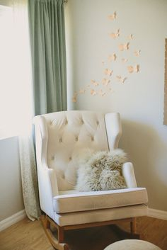 Love the modern glider in this neutral tone nursery!