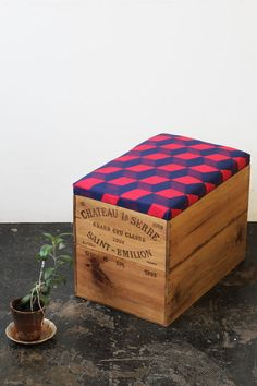 Upcycled double height wine box Ottoman storage por MadeanewShop