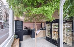 The Cold Pressed Juicery in Amsterdam designed by Standard Studio houses a living tree Shop Interior Design, Cafe Design, Retail Design, Store Design, Studio Interior, Interior Paint, Amsterdam Living, Amsterdam Shopping, Amsterdam Today