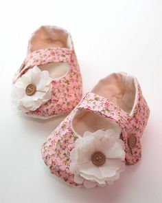 Free PDF Pattern for Soft Baby Shoes. Cute!!! Whose little girl can I make these for??? Please!