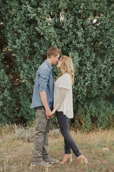 Fall Engagement session. Utah wedding photographer. Stephanie Sunderland Photography. Cute fall outfits. Engagement outfits.