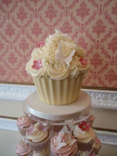 Giant cupcake   Giant cupcake to match www.daisycakes.me.uk   kate allnutt   Flickr