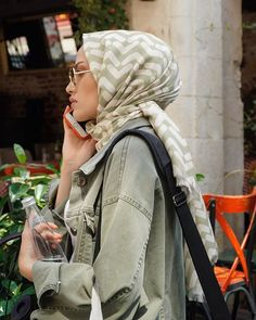 Image may contain: one or more people Street Hijab Fashion, Arab Fashion, Islamic Fashion, Muslim Fashion, Modest Fashion, Casual Hijab Outfit, Hijab Chic, Muslim Women, Muslim Girls