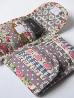 Phone case sewing tutorial -- to be adapted for Peter's camera case? Sewing Hacks, Sewing Tutorials, Sewing Crafts, Sewing Projects, Pochette Portable, Purse Patterns, Fabric Bags, Sewing Accessories, Quilted Bag
