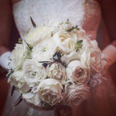 fd28675b33b40 白い花には葉と実を合わせて 大人のナチュラルブーケに 白のドレスと白い花の 色味や質感を上手にリンク トータルコーディネイトもしっかり    サンパウ   ミシュラン ...