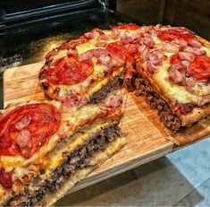 The pizza burger pie via recipes on January 31 2019 at I Love Food, Good Food, Yummy Food, Fingerfood Party, Junk Food Snacks, Pizza Burgers, Food Platters, Food Goals, Aesthetic Food