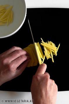 Will man Gemüse in dünne Stifte schneiden, dann gibt es einen kleinen Trick, der einem die Sache ziemlich erleichtert ! Zucchini, Tricks, Simple Machines, Pens, Carrots, Vegetarian Recipes