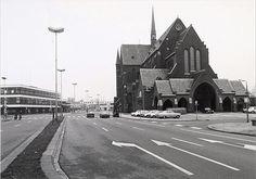 Hart van Brabantlaan uit 1975, Rechts de Acaciastraat met de kerk van het Heilig Hart van de parochie Noordhoek, ontworpen door architect dr. P.J.H. Cuypers en gebouwd in 1897/1898. Het werd in 1975 gesloopt. In het linkerpand was Het Nieuwsblad van het Zuiden gevestigd en nadien een discotheek.