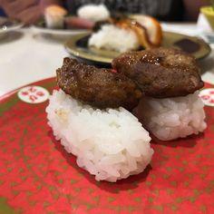 Sushi de hamburguesa... Próximamente en el especial de sushi en el canal de YouTube! #tokyo #vidaenjapon #kaitensushi #sushi #ShortyEnJapon