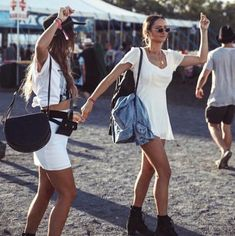 Babes Minimalist Babes - Festival Outfits And Beauty Inspo For The Free Spirit In All Of Us - PhotosBabe Babe or babes is a slang term of endearment and may refer to: Casual Festival Outfit, Music Festival Outfits, Festival Fashion, All White Outfit, White Outfits, Summer Outfits, Style Simple, Feminine Style, Coachella