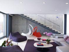 sitzsack lila modernes wohnzimmer sichtbeton wand treppe