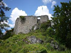 Burgruine Rabenstein oberhalb von Riedenburg im Altmühltal.  Gleich drei Burgen gibt es bei Riedenburg zwei davon sind Ruinen und eine davon ist die Burgruine Rabenstein früher Ritenburg genannt. Die ehemalige Oberburg kann nicht betreten werden die Unterburg dient als Aussichtspunkt von dem man einen tollen Blick über das Altmühltal hat. Hinter dem ehemaligen Wohnturm kann man schon Schloss Rosenburg erkennen die mit einer Falknerei die Besucher lockt.  Erbaut wurde die Burg Anfang des 12…