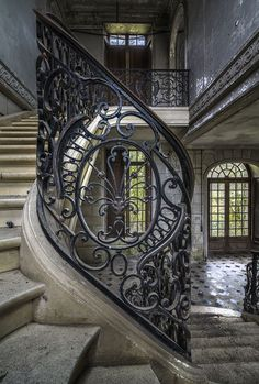 Splendeur d'un escalier en fer forgé dans une maison à l'abandon. / Wonderful wrought iron staircase in abandoned home.   ..rh