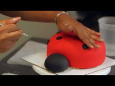 Kids' Birthday Cakes / How to Make a Ladybug Cake: Decorating 1/2