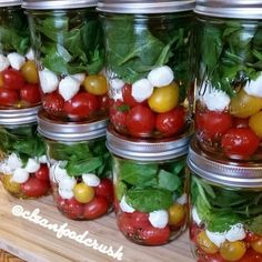 Grab-and-go caprese salad in mason jars! Place the dressing first, then tomatoes, then mozzarella, then spinach and finally basil. This ensures that the spinach and basil don't get soggy and the salad stays fresh for a few days!  Source: @cleanfoodcrush ♥️TAG someone who would love this!