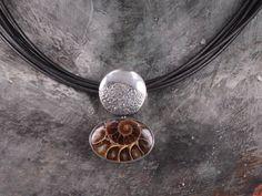 Anhänger 925/000 Silber mit Ammonit auf Lederband. 100% handgefertigt in der eigenen Werkstätte! Gold, Atelier, Leather Cord, Handmade, Silver, Yellow