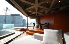 海岸線に建つ住居。 鄰近相模灣的基地,當清水模遇見木材質,交融出屬於不同的極簡風格,建築師 牛込昇 以建築結構的優點創造出無柱的二樓空間,用120度轉身讓空間擁有最佳的美景。  via 牛込昇建築設計事務所