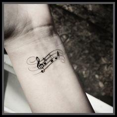 Confira as ideias mais legais de tatuagens de música com símbolos, cifras, frases e instrumentos musicais para tatuar. Veja fotos e modelos!