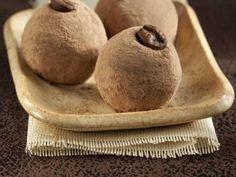Beijo de Mulata é um pãozinho frito coberto com chocolate e coco ralado. Ele é perfeito para as suas tardes, quando dá aquela vontade irresistível de comer