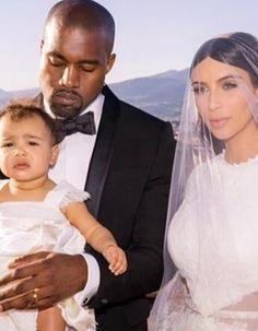 Trois semaines après son spectaculaire mariage à Florence en Italie, Kim Kardashian semble être déjà nostalgique. En effet, la starlette, en plein voyage de noces au Mexique, a publié ce jeudi 12 juin sur son compte Instagram, un joli portrait de famille.  http://www.elle.fr/People/La-vie-des-people/News/Kim-Kardashian-devoile-une-nouvelle-photo-de-son-mariage-2712188