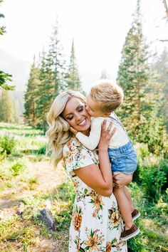 New Baby Boy Photo Shoot Ideas Summer 38 Ideas Summer Family Portraits, Spring Family Pictures, Family Pictures What To Wear, Family Picture Poses, Family Picture Outfits, Family Posing, Picture Ideas, Family Family, Family Pictures Outside