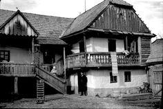 Tornácos ház - Csíkdánfalva, 1936.  Fotó: Vámszer Géza Fan Fiction, Traditional House, Cabins, Houses, Retro, House Styles, Home Decor, Hungary, Fanfiction