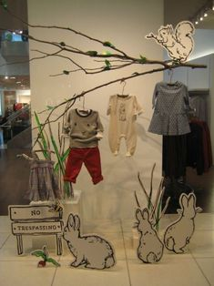 45 best ideas boutique displays and visual merchandising - gowritter. clothes hanging on tree branches Visual Display, Display Design, Store Design, Display Ideas, Spring Window Display, Store Window Displays, Retail Windows, Store Windows, Vitrine Design