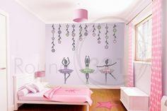 des stickers muraux ballerines et fleurs dans la chambre petite fille