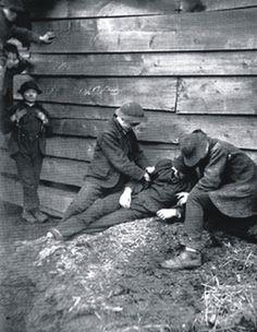 Jacob Riis' photograph of gang members robbing a drunk. 1887