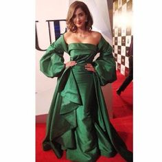 Beautiful and gorgeous bollywood actress: Hot boobs and cleavage of sonam kapoor Bollywood Actress Hot Photos, Bollywood Girls, Bollywood Fashion, Bollywood Style, Runway Fashion, Fashion Models, Nice Dresses, Short Dresses, Sonam Kapoor
