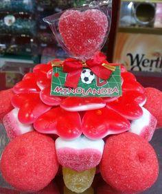 Mini tarta con piruleta jelly corazón, con corazones de fresa y nata y nubes de frambuesa.
