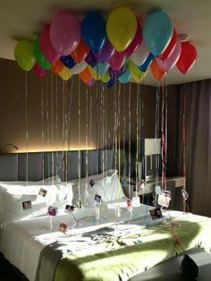 Una idea para sorprender Con globos y eligiendo los mejores momentos fotográficos, puedes recrear esta idea en la habitación de tus padres, hijos, esposo (a), y cualquier persona que forme una parte especial en tu vida. ¡Inténtalo! Imagen vía Maria Viera