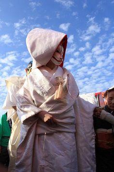 ピュアな白無垢姿が美しい♡狐の嫁入りのイメージ画像 Mask Japanese, Japanese Costume, Japanese Kimono, Japanese Art, Geisha, Fox Spirit, Japanese Festival, Japanese Folklore, Unique Costumes