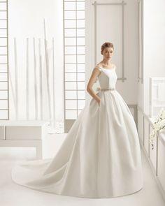 SAMARA vestido de novia en piqué de seda con adorno de pedrería.