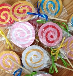 Super cute Lollipop Invitations via @ Howling at the moon #partyideas #diyinvitations