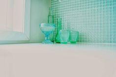 Klare mosaikk kjøkkenfliser med hvit fugemasse = <3 Tiles, Vase, Home Decor, Wall Tiles, Tile, Flower Vases, Interior Design, Home Interiors, Decoration Home