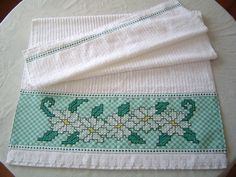 """Toalha de Banho avulsa """" KARSTEN"""" na cor branca com barrado bordado em tecido xadrez verde.    140 x 67 cm    Em caso de encomenda, veja amostra de cores do tecido xadrez no album BORDADO EM TECIDO XADREZ"""